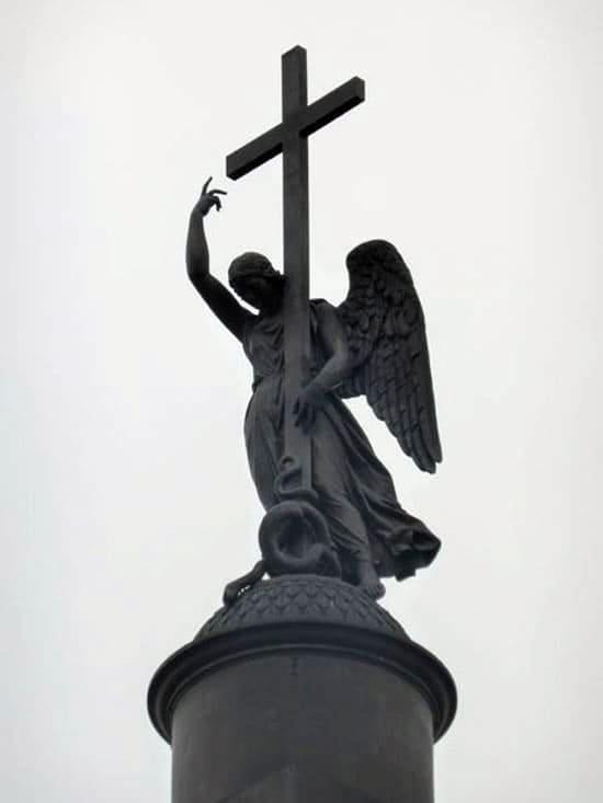 Статуя, венчающая колонну