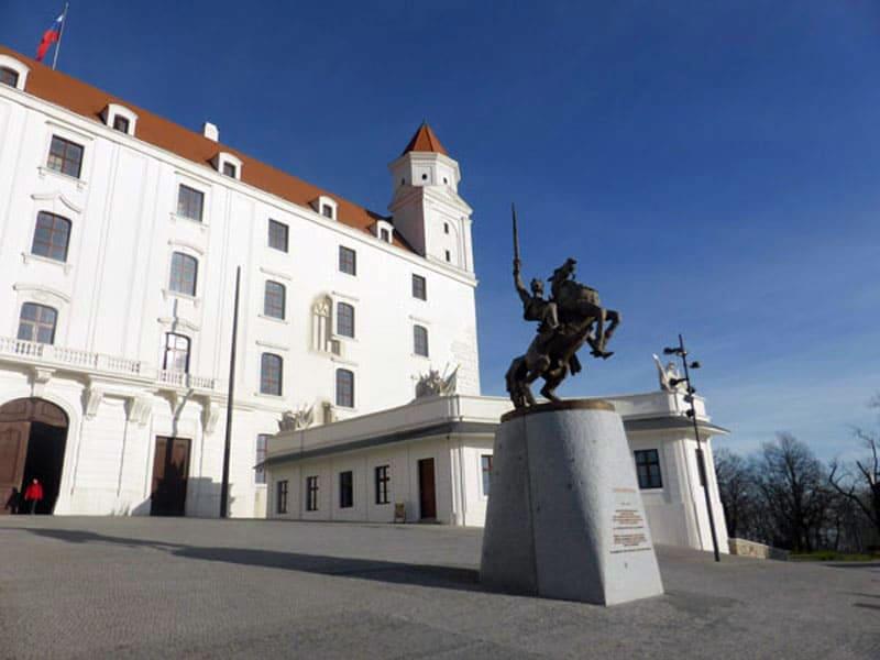 Памятник Святополку перед входом во двор