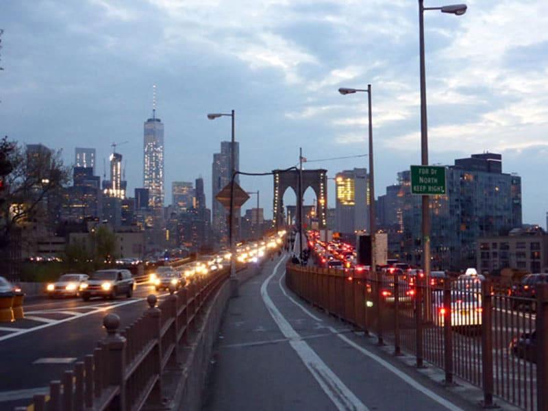 Начало пешеходной дорожки через Бруклинский мост в Бруклине