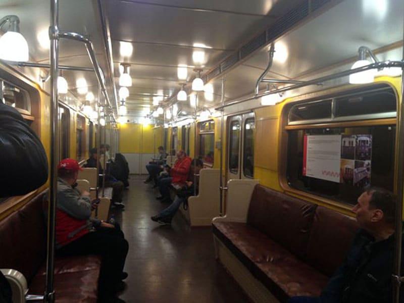 Внутри поезда московкого метро