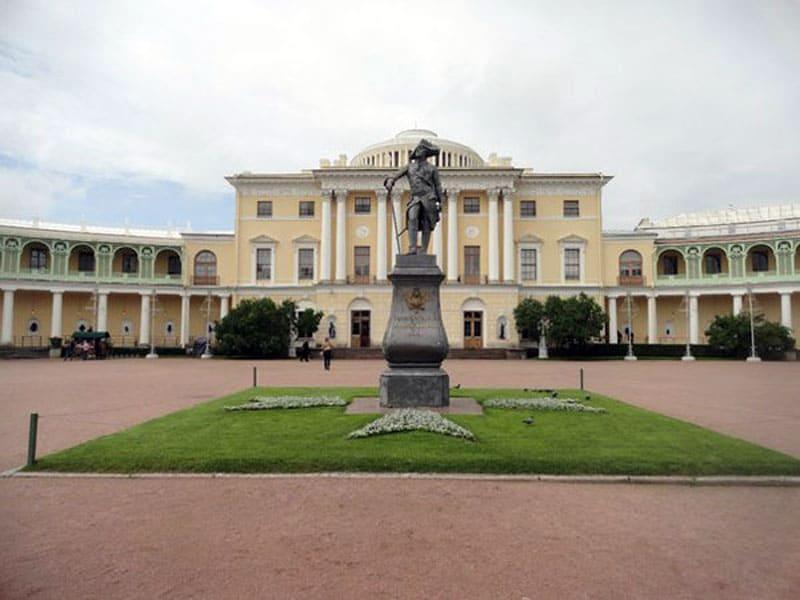 Павловский дворец и памятник Павлу I