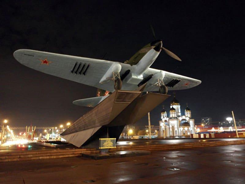 Памятник – самолёт ИЛ-2
