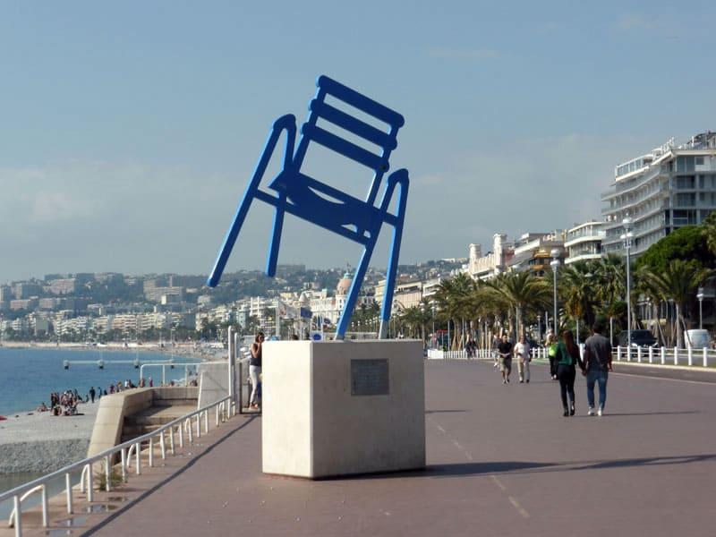 Памятник синему стулу