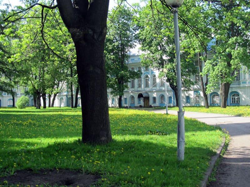 Во дворе Смольного монастыря