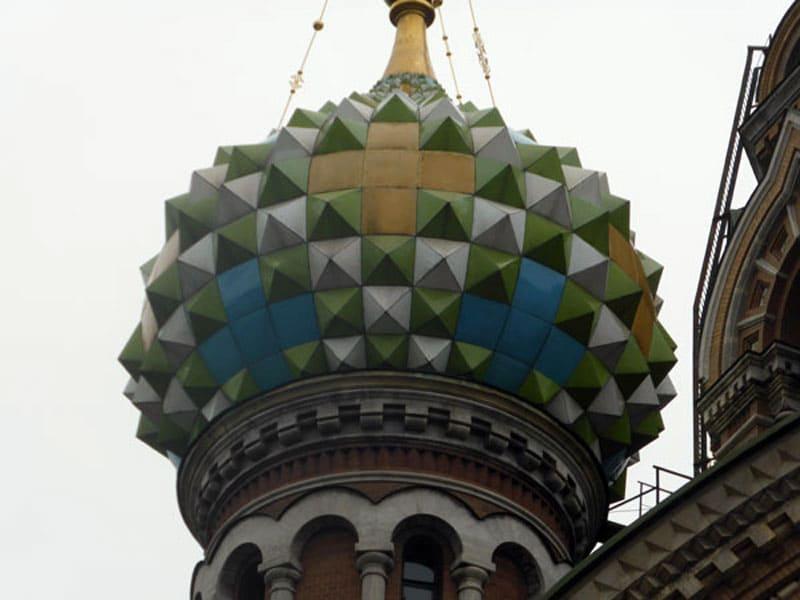 Один из куполов храма