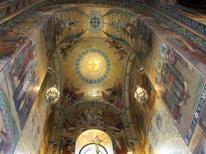 Внутри храма Спаса-на-крови