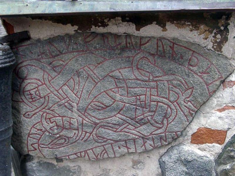 Древние руны найденные в фундаменте здания на Гамла-Стан, Стокгольм