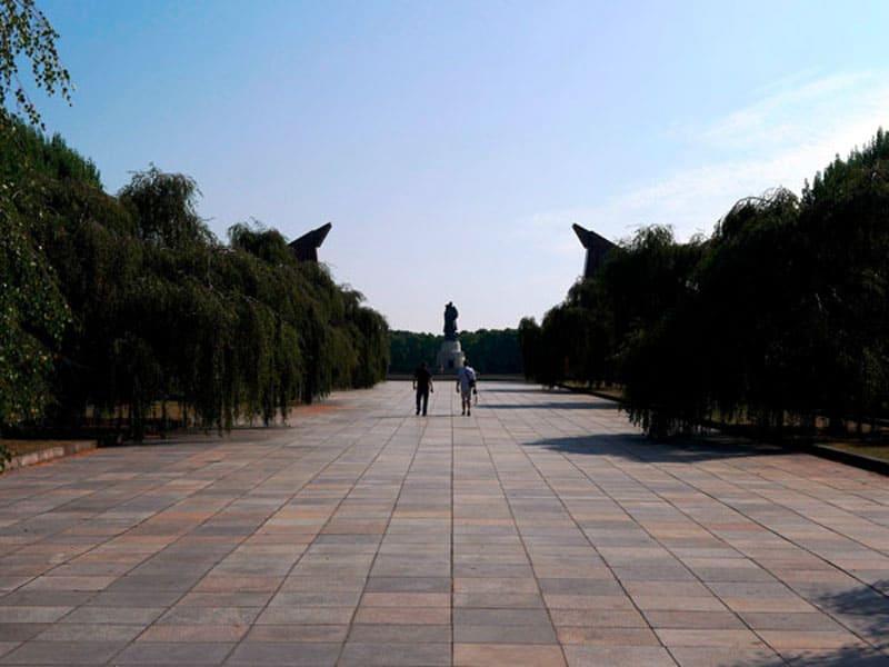 Вид на монумент с середины Трептов-парка