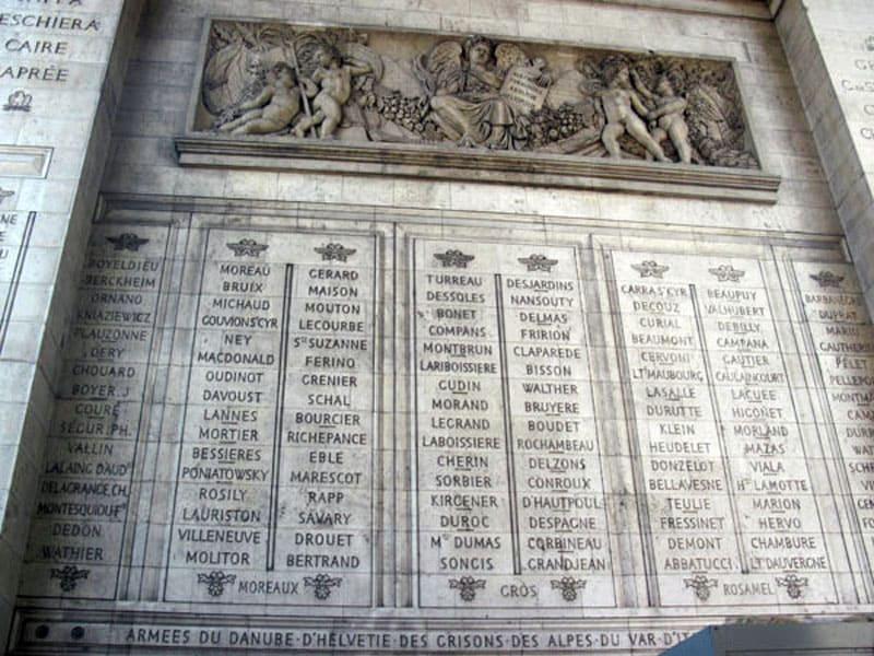 Список героев на стенах Триумфальной арки