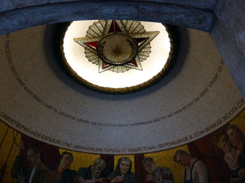 Внутри монумента