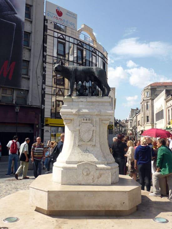 Памятник Волчице